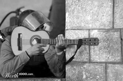Un soldat qui utilise une guitare à la place d'un fusil